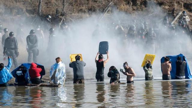 Policía reprime con gas pimienta protesta de indígenas en EEUU