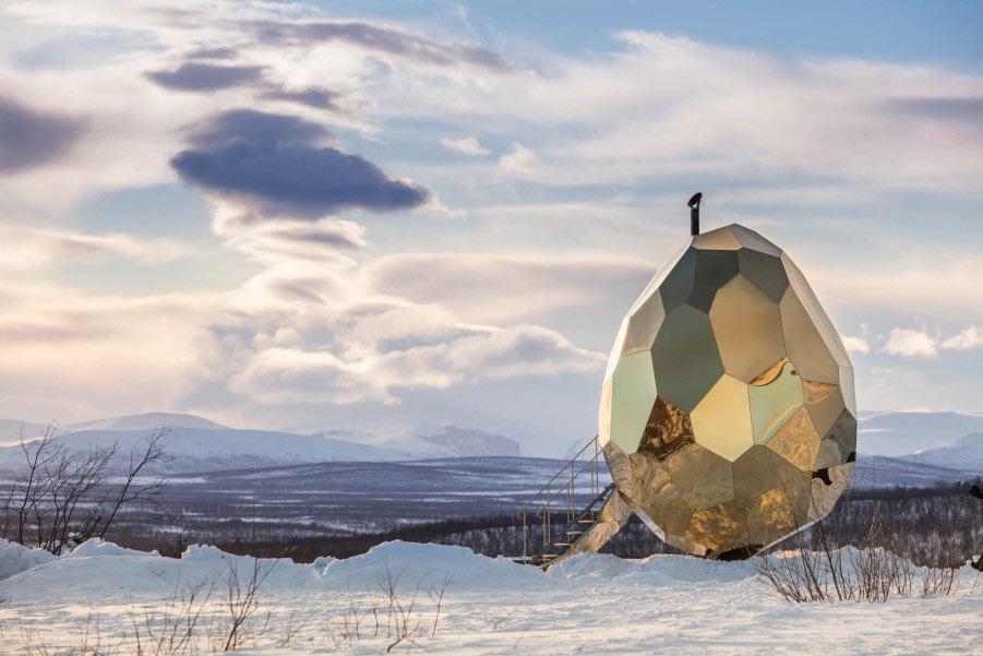 Una sauna con forma de huevo dorado esta incubando en Suecia