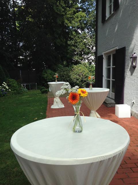 Taufe im Garten mit Blumendekoration