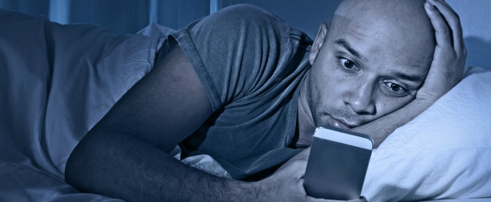 Here's What Happens To Your Body When You Check Your Smartphone Before Bed