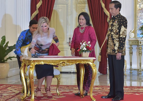 Queen Maxima wears Valentino Hawaiian Long Sleeve Dress. Queen Maxima visits Indonesia day 3. Natan shoes, Queen Maxima style