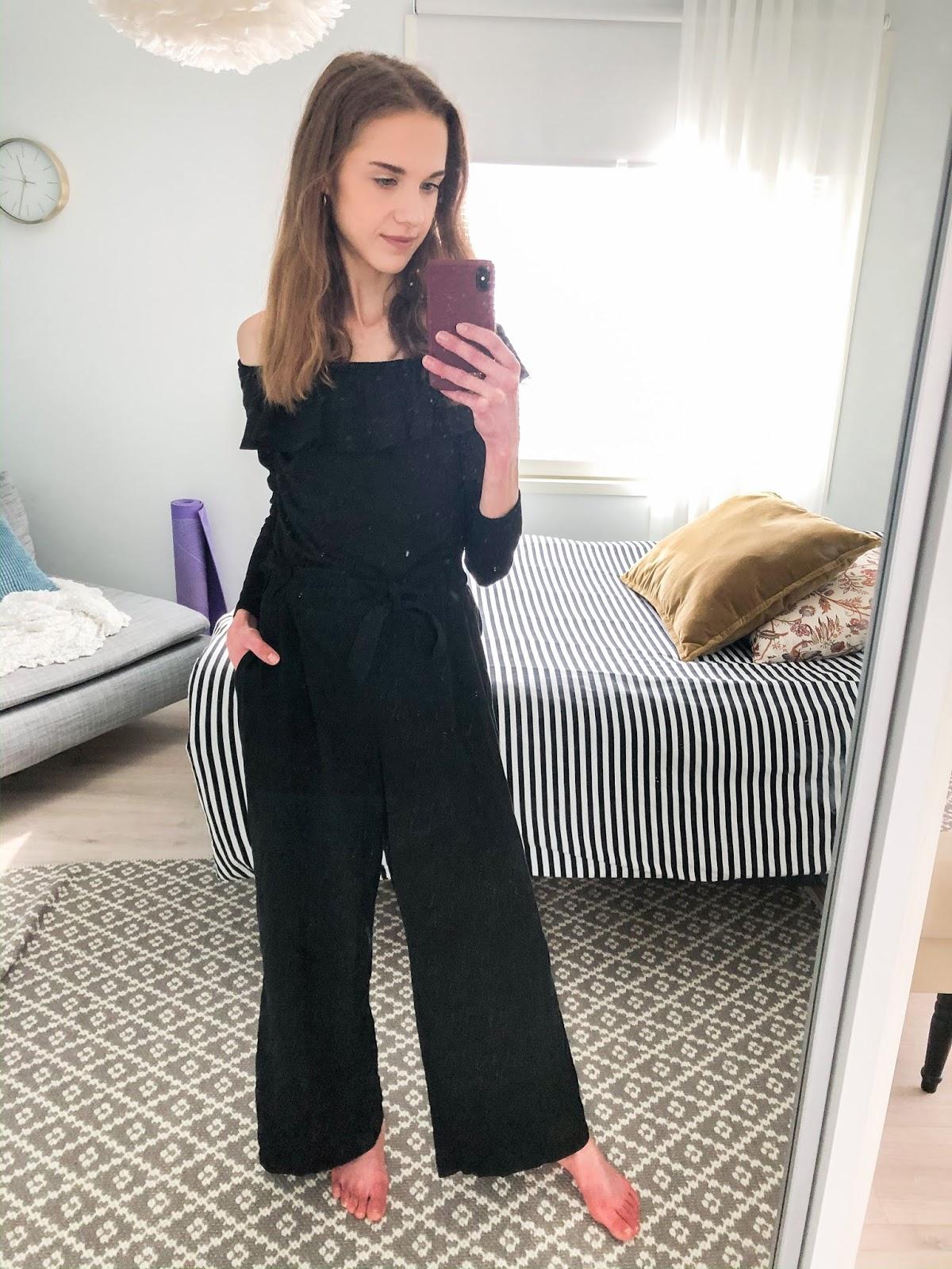 All black outfit for working from home - Kokomusta asu, muotibloggaaja, kotitoimisto