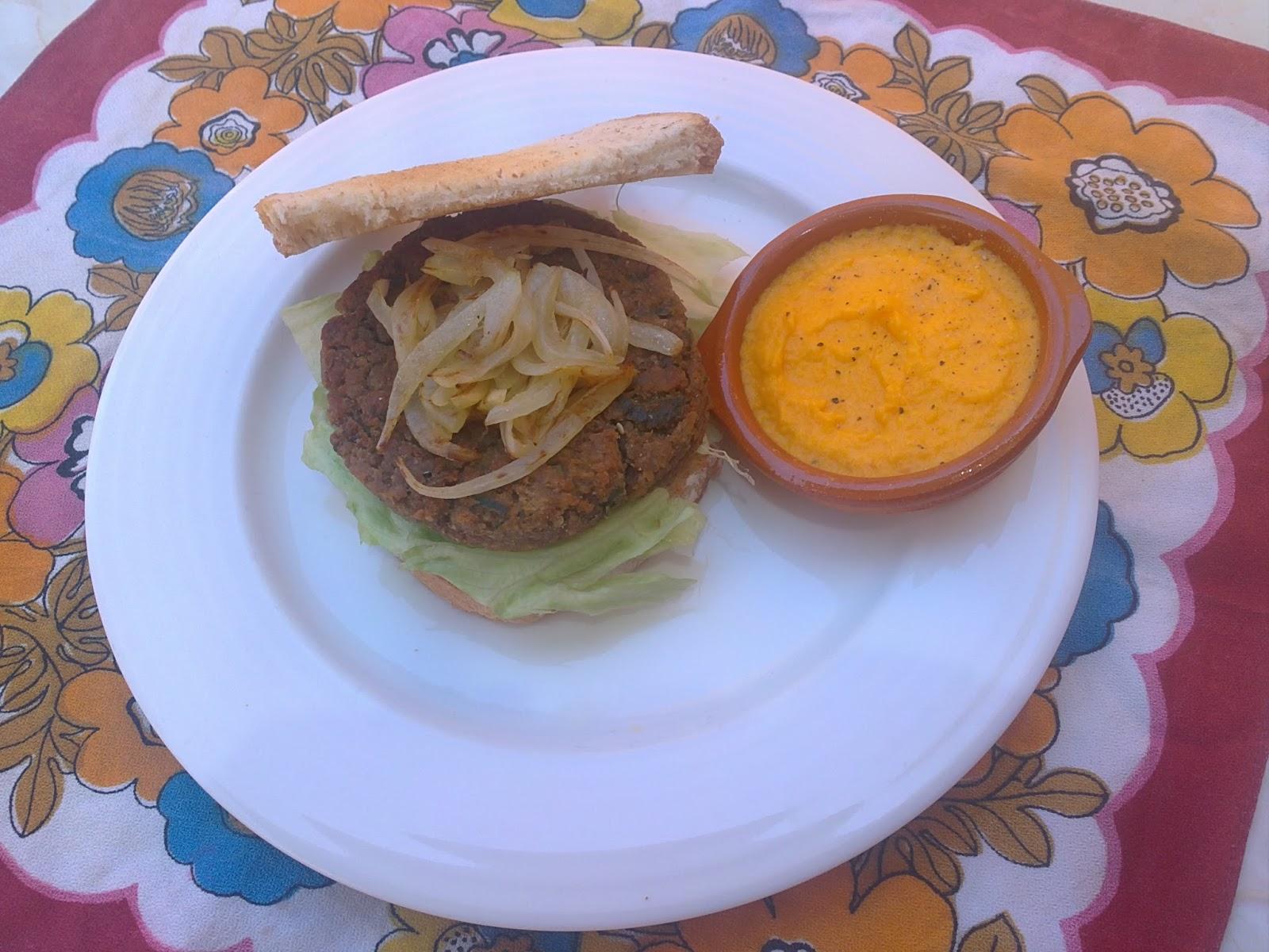 Hamburguesa de lentejas con salsa de yoghourt y zanahorias.