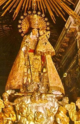 Imagen de la Virgen de los Desamparados dentro de la iglesia