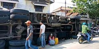 Tega banget, truk jungkir malah dijarah barangnya.