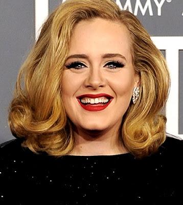Adele con cabello rubio y bella sonrisa