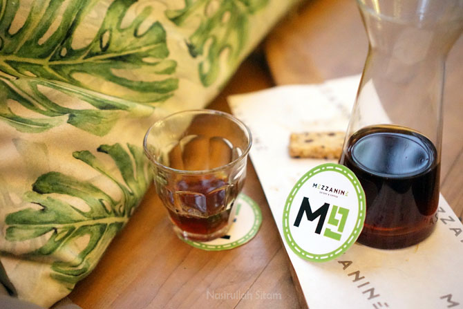 Menyesap kopi di Mezzanine Coffee and Eatery