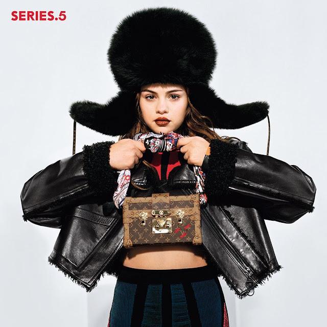 Selena Gomez é a nova garota-propaganda da grife Louis Vuitton. Selena apareceu com um chapéu de pelos oversized segurando uma bolsinha báu com o monograma da Louis Vuitton. As fotos
