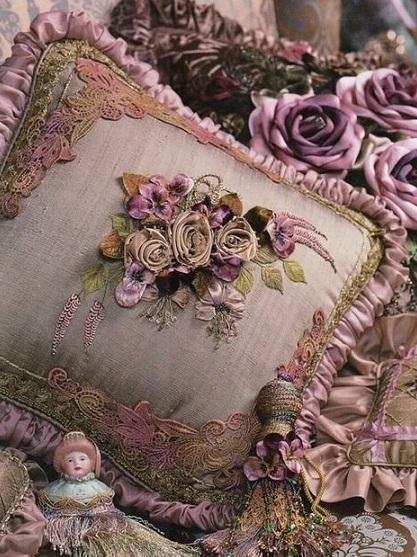Decoração com almofadas bordadas com fitas