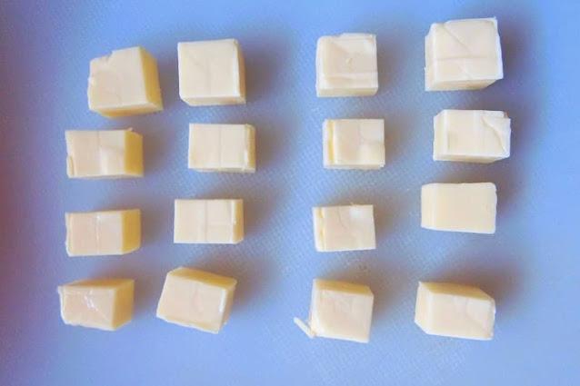 ベビーチーズを各8等分に切ります。