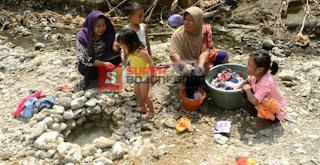 Musim Kemarau Warga Bubulan Kesulitan Mendapatkan Air Bersih