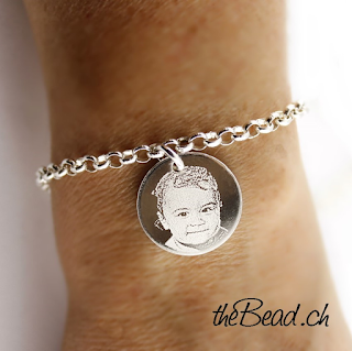 silberarmband mit gravuranhänger graviert mit ihrem foto von kind und babyfoto