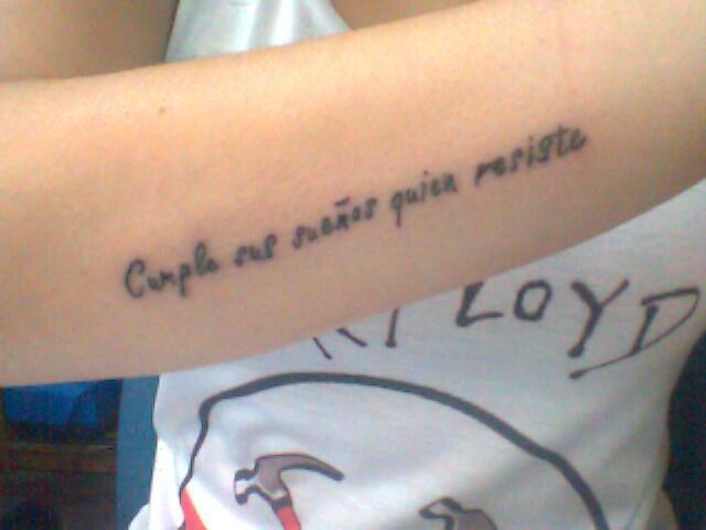 tatuaje de frase cumple sus sueños quien resiste