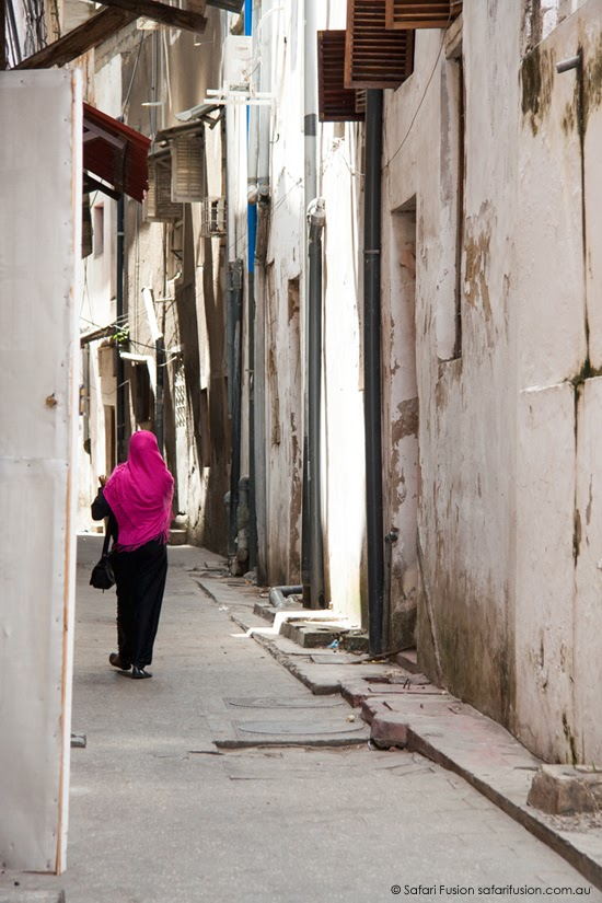 Safari Fusion blog | Africa wrap up | part 1 | The laneways of Zanzibar Old Stone Town | Lady in pink © Kellie Shearwood