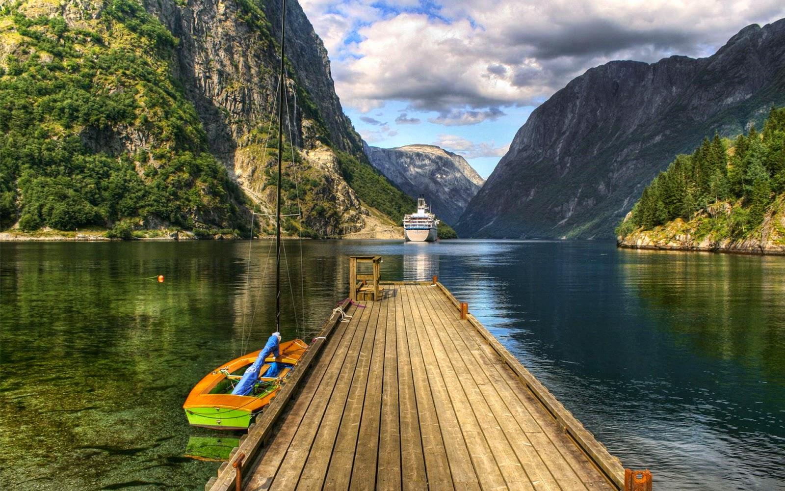 Desktop achtergrond met bergmeer en boten