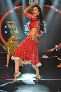 Bollywood Actress Model Sunny Leone Dance Performance in Red Half Saree at Rogue Audio Launch 13 March 2017  0066.jpg