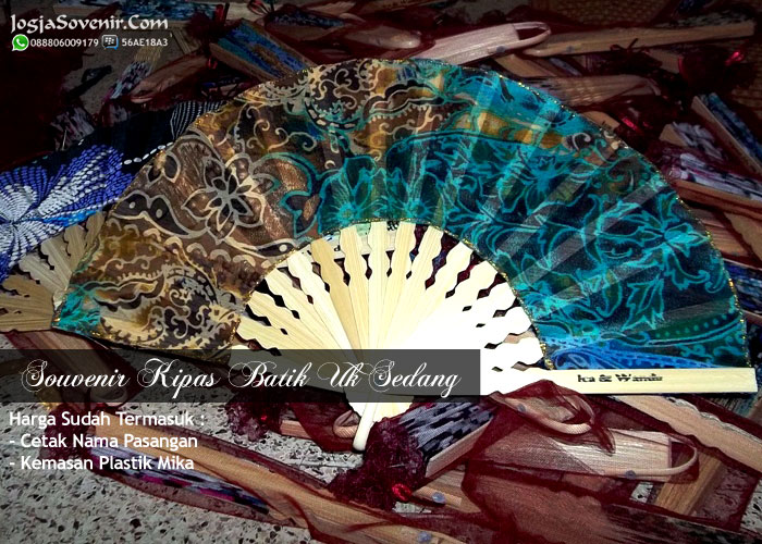 Souvenir pernikahan kipas batik ukuran sedang