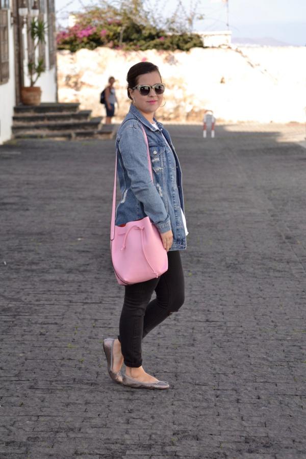look_camiseta_volante_dresslily_bolso_rosa_chaqueta_vaquera_lolalolailo_04