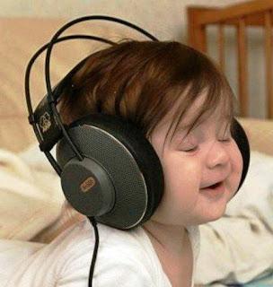 Foto gambar bayi lucu mendengarkan musik 18