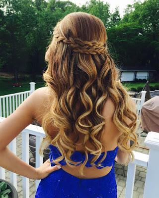 peinado con cabello ondulado con trenza elegante para graduaciones