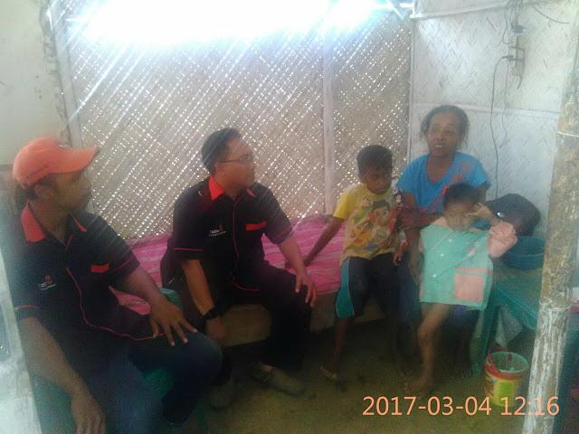 Team Lazismu Jember di ruang tamu rumah bu Nabia bersama ke-4 anaknya