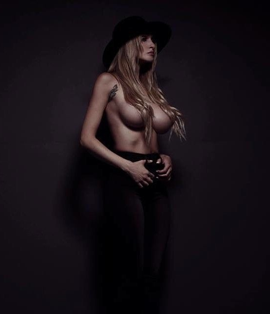 Alyssa Barbara faz topless ...
