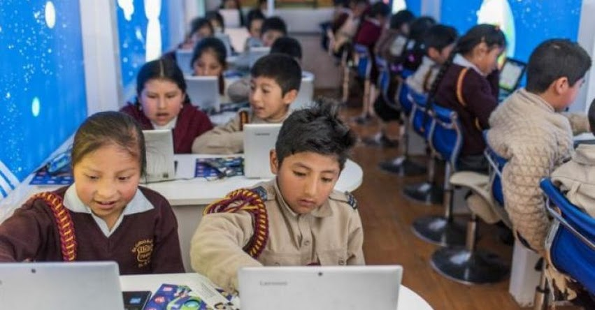 Conoce el bus que lleva educación digital a zonas alejadas del país con el proyecto de Fundación Telefónica