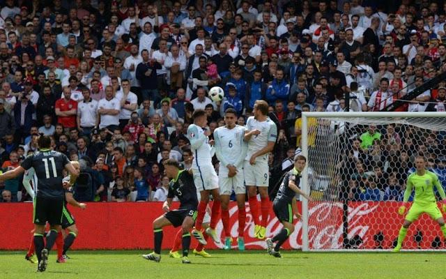 Le but sur coup-franc de Gareth Bale contre l'Angleterre