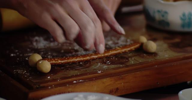 primeros pasos del hueso de preztzel, palito en medio y dos bolas de mantequeilla de cacahuete en las puntas a cada lado