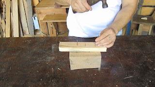 Clavando con el martillo
