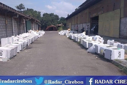 Woow!!! Gudang KPU Cirebon Kebanjiran, Kotak Suara Kardus Rusak