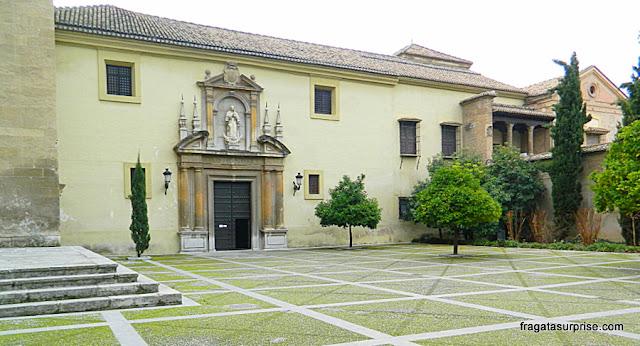 Acesso à bilheteria do Mosteiro de San Jerónimo, em Granada