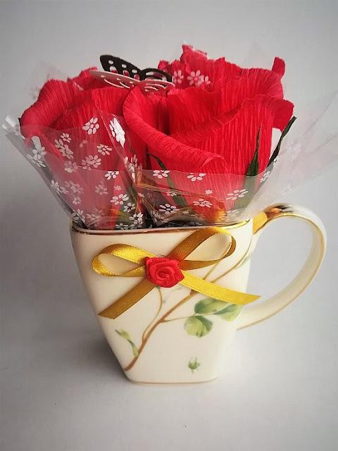 Bukiet z cukierków w filiżance