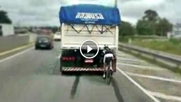 Ciclistas traseira caminhão