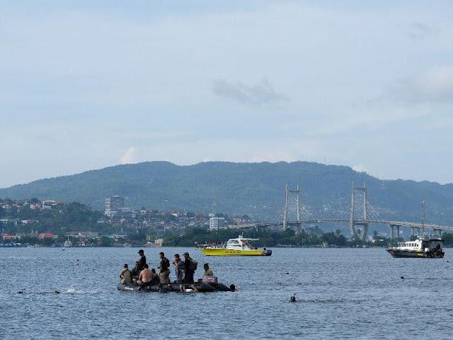 Anggota TNI dan Polri Berenang Lintasi Teluk Ambon Sejauh 3 Km
