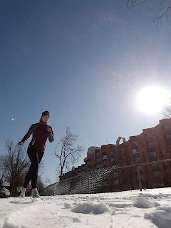 Coureuse, hiver, neige, ciel bleu
