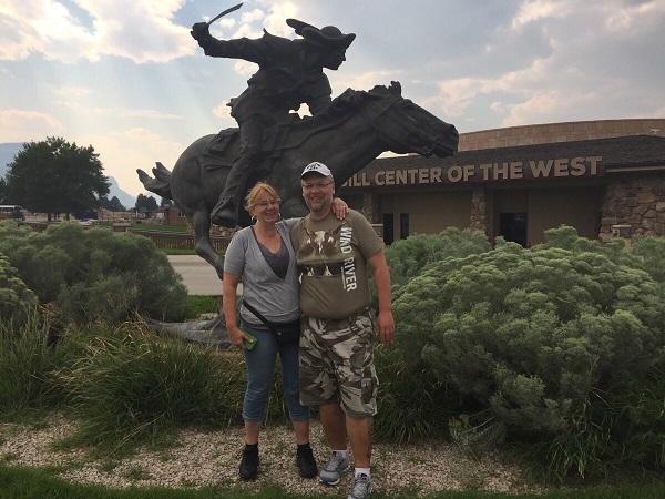Wir vor dem Buffalo Bill Museum in Cody, Wyoming