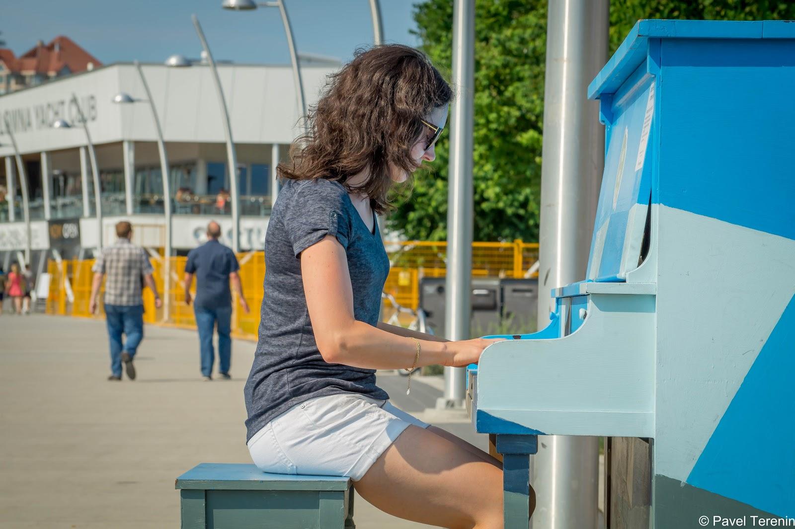 По центру города разбросно несколько пианино.