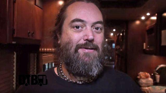 SOULFLY: Ξενάγηση στο tour bus της μπάντας απο τον Max Cavalera