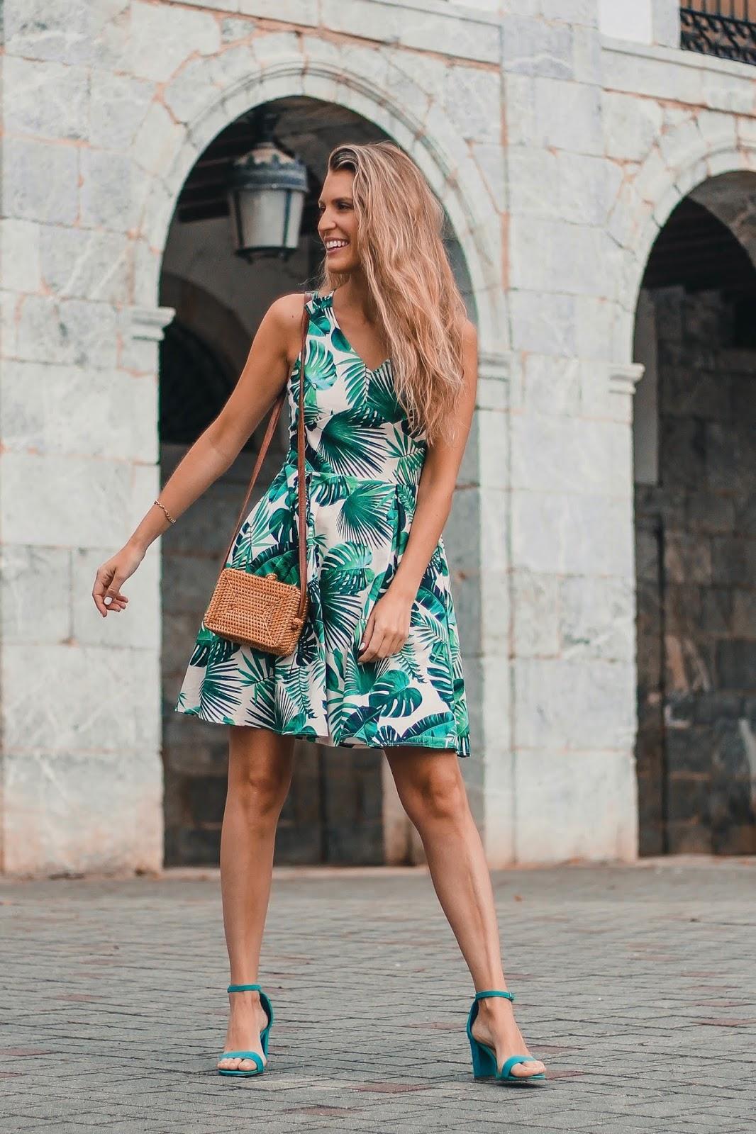 vestido tropical con vuelo