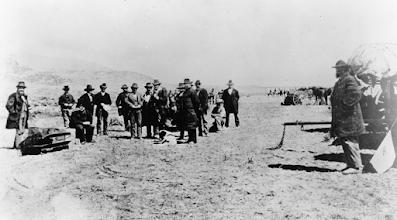 Ο John Doyle Lee καθισμένος στο φέρετρό του   λίγο πριν την εκτέλεσή του τον Μάρτιο του 1877