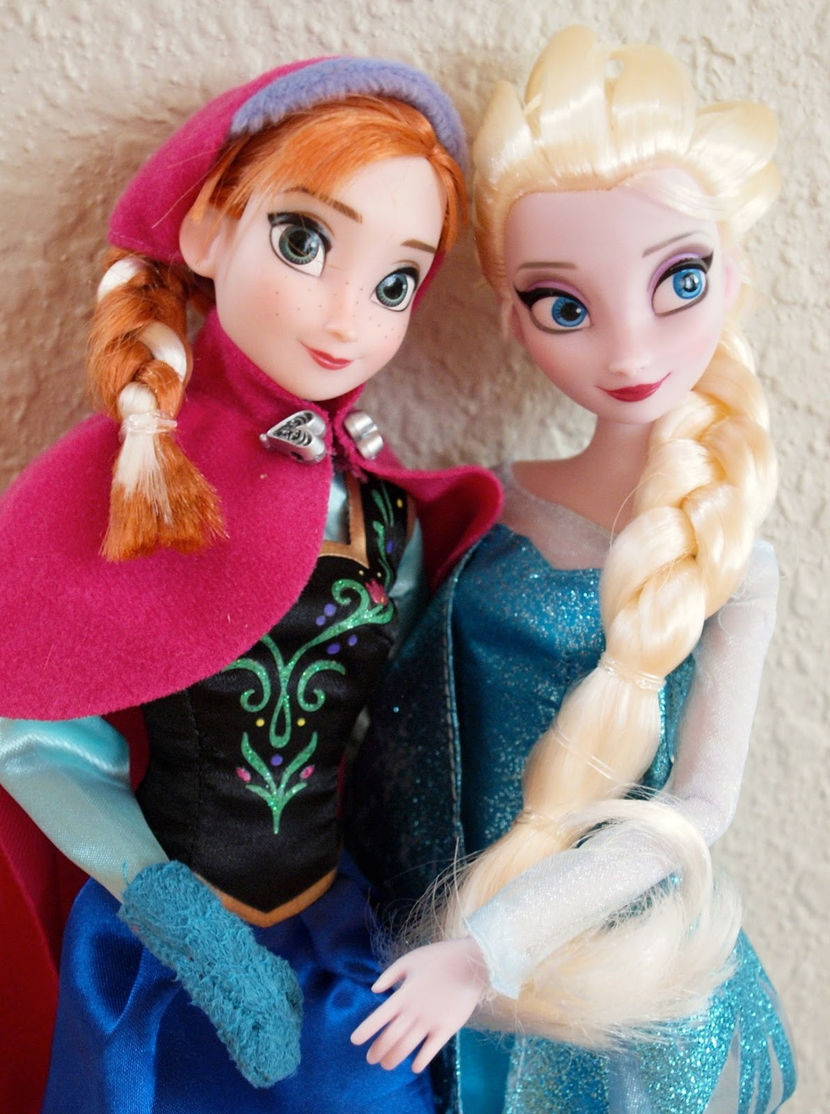 the disney store 39 s anna and elsa from the movie frozen a guest review the toy box. Black Bedroom Furniture Sets. Home Design Ideas