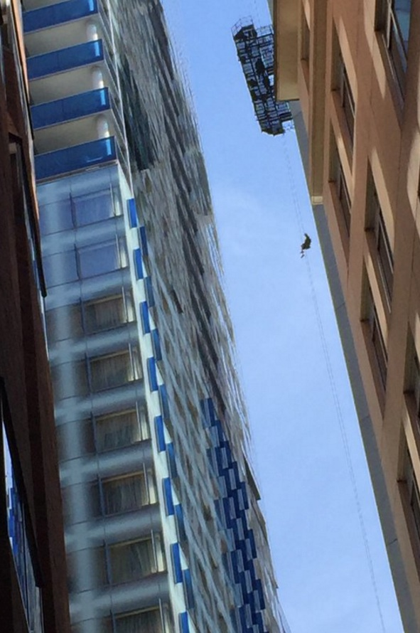 window washing seattle in seattle today window washer was seen repelling down after scaffold malfunction robinsonsolutions professional window cleaning looking up