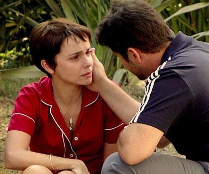 f9b5b564c3851 Avenida Brasil  Carminha atira no pai para salvar Tufão e Nina de ...