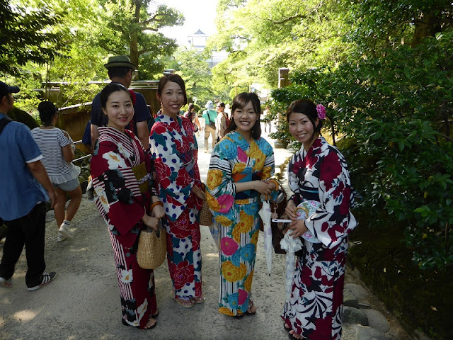 Muchachas japonesas con kimono que posaron para nosotros