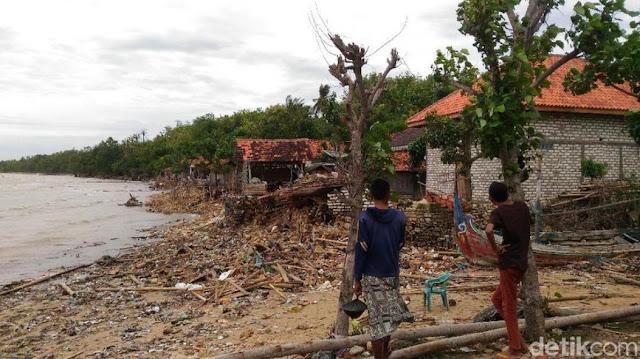 Lagi! Ombak Besar Terjang Pesisir Sumenep, Rumah Warga Porak Poranda