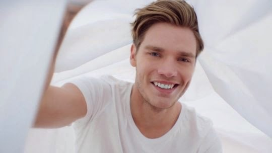 Dominic Sherwood modelo
