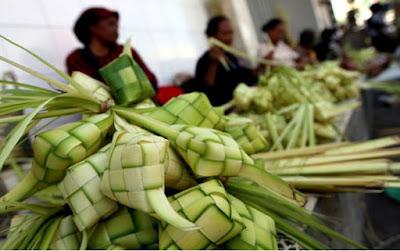 makan ketupat lebaran