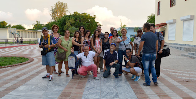 El grupo se alista para la primera foto de grupo, en el boulevard de Gerona