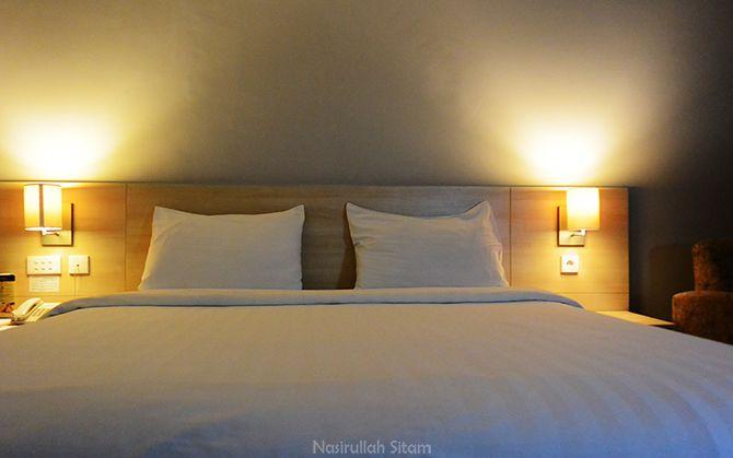 Bed berukuran besar dipadu dengan bantal yang empuk